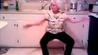Бабуля классно танцует под музыку внучки!