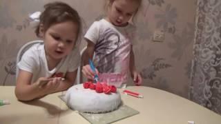 Виталина и София украшают торт из мастики(Виталина и София украшают торт для мамы. Мастика сахарная фирмы