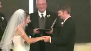 Clipul zilei: O mireasa rade isteric in fata preotului