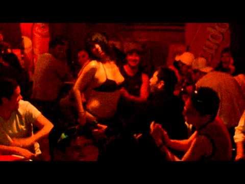 mina se desnuda  en un pub de santiago thumbnail