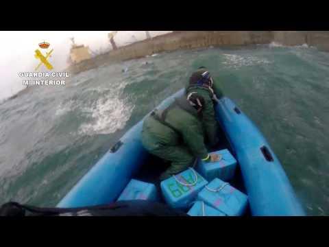 Peligrosa maniobra para recuperar 17 fardos de hachís en Algeciras