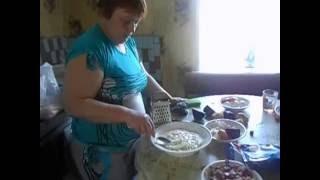 людмила делает салат на день рождение