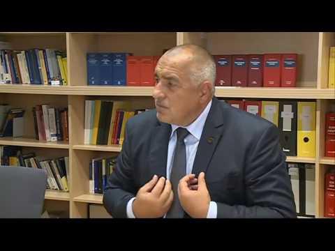 Бойко Борисов: Имахме ползотворен, но и доста тежък разговор с колегите на срещата във Виена. Затварянето на Балканския път, не означава само затваряне на българо-турската граница. На всички външните граници на ЕС трябва да са им мили, толкова колкото и националните. Необходимо е единно европейско решение, всички съзнават, че една по една държавите няма да се спасят. Затова държим споразумението с Турция да работи и да продължи да работи и след декември. Споразумение за реадмисия трябва да има и с Афганистан, след като ние сме похарчили над половин милиард за мисии и контингента ни все още е там, за да пази демокрацията. Другото ми предложение е зоните за сигурност да бъдат извън границите на ЕС, като такива могат да се направят и в Либия. Опитвам се всячески да защитя интереса на България. В момента всички ни подкрепят, защото сме прави.