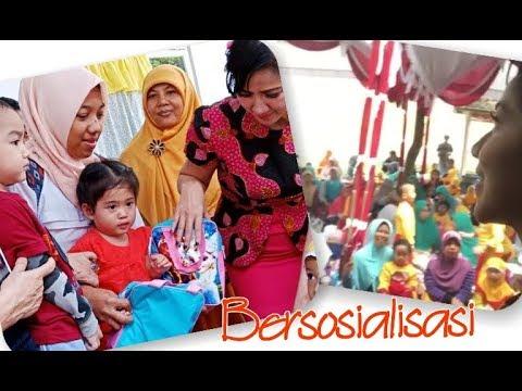 Vania di ajarin bantu mama bagi2 hadiah buat anak² di desa di Kediri
