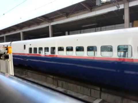 Tren bala saliendo de estación Ueda, Nagano Japon