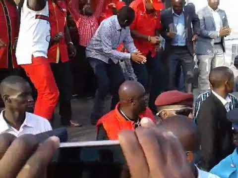 President Uhuru Kenyatta  and Alfred Mutua dance to Kithungo Raha's Tuendee nesa hitsong