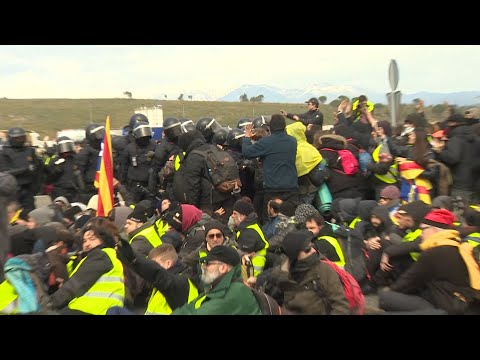 Los Mossos desalojan a los manifestantes de la AP-7