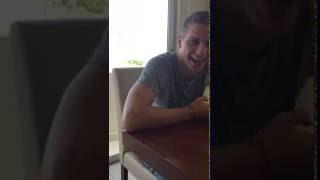 Julio Furch escuchando el gol de su hermano en Winifreda