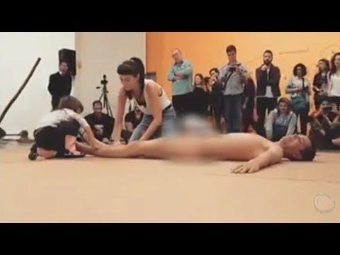 Performance de artista nu no MAM causa revolta no País