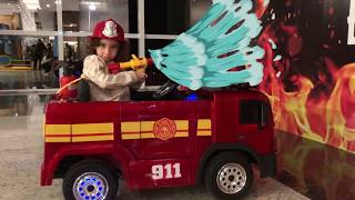 Kids Pretend play with Fire Truck Ride on Rescue Mission to save, Lívia finge ser bombeiro
