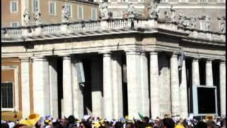 San Pietro. Un uomo sale sul cornicione e minaccia di lanciarsi nel vuoto.mp4