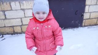дети играют снежки