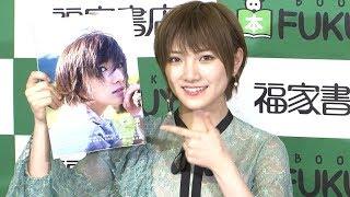 AKB48/STU48の岡田奈々が、ファースト写真集「飾らない宝石」の発売記念イベントを行った。この写真集の撮影地はハワイ。48グループで...