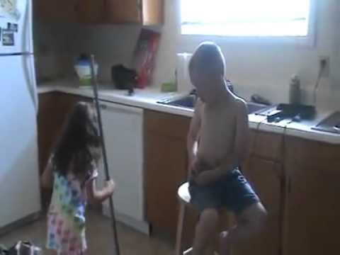 Trẻ con cãi nhau về chuyện kết hôn