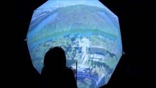 ドローンによる空撮映像を,直径2mのドーム型スクリーンに投影 〔堺市立...
