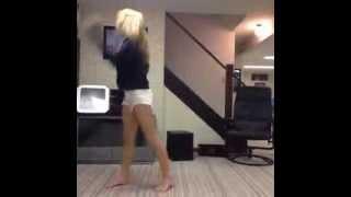 Elle danse trop bien