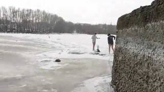 Купание зимой с льдинами
