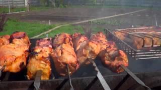 Как жарить шашлык. Очень красивая зарисовка.(Жарим настоящий шашлык на шпажках и на решетке из трех видов мяса: свинины, говядины и курицы. Настоящий..., 2014-05-13T14:06:35.000Z)