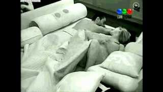 Mario y Walqui por dormir en la casa de al lado, M le dice a W q se tape más, W lo besa 21-3