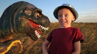 Лёва весело гуляет с Динозавром в парке