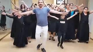 İspanyada bir flamenko ekibini  erik dalı ile dans etti