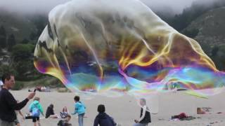 Гигантские мыльные пузыри на пляже!