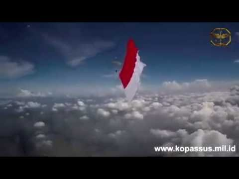 MERINDING...!!! Pengibaran Bendera merah putih terbesar Oleh KOPASSUS