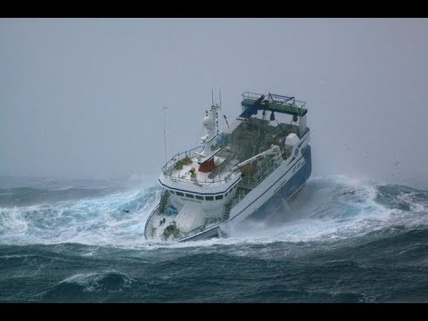 SHIPS CAUGHT IN OCEAN STORM INCREDIBLE FOOTAGE