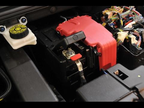Снимаем аккумулятор Пежо-308/408