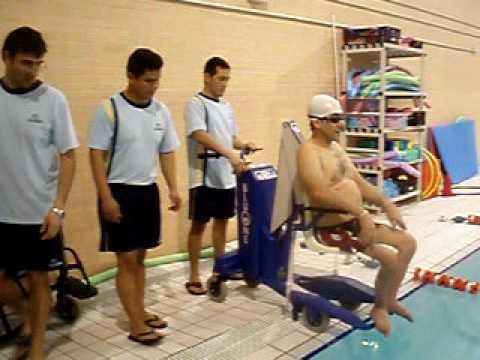 Entrada a piscina con silla para discapacitados youtube for Sillas para discapacitados