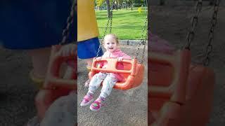 Beril Aygül parkta sallanıyor küçük bir gezinti çocuk videoları eğlenceli videolar