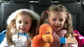 Видео для малышей Варя и Стеша играют в Доктор плюшева или лечат животных