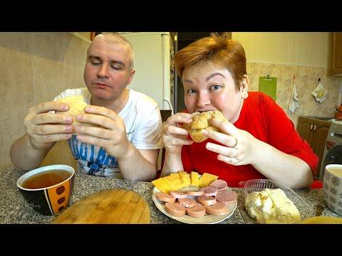 Мой муж ПРОТИВ ДИЕТЫ на карантине, закармливает ВКУСНЯШКАМИ) МУКБАНГ пицца, сэндвич и колбаса