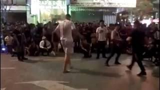 1 Mình anh Tây cân cả đội HipHop Việt Nam ^_^