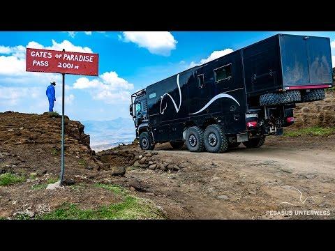 Expeditionsmobil auf den Strassen von Lesotho