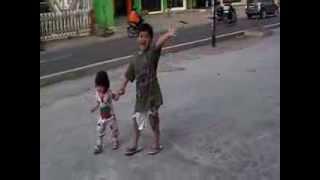 Dua kakak adik dengan kasih sayang jalan-jalan bersama di pagi hari!