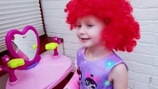 МАЛЫШ ПОМОГАЕТ ЭЛЬВИРЕ ДЕЛАЕТ ПРИЧЕСКУ. Видео для детей