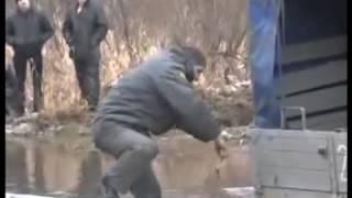 Менты застряли в болоте  Народ ликует и угорает!