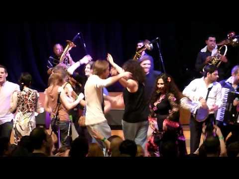 Balkan Trafik 2010 - Gypsy Queens & Kings - da capo (public dancing on stage)
