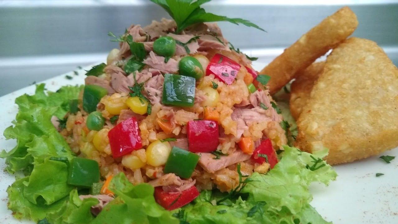 Arroz con atún y verduras.