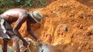 Abrindo uma pedra dentro de um alicerce de uma obra 2