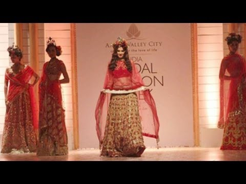 Evelyn Sharma's Funny Ramp Walk @ Indian Bridal Fashion Week 2013 !