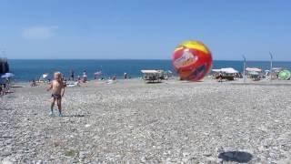 Подвижные игры для детей. Отдых с детьми на море. Играем в мяч на пляже.