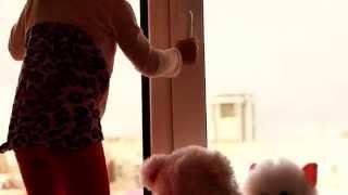 Детские замки на окна. Ребенок у окна. Детская безопасность. Baby Security(Предлагаем вашему вниманию видео ролик посвященный детской безопасности на окнах. Детские замки на пласти..., 2015-11-12T04:37:30.000Z)