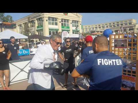 Philippe Saurel maire de montpellier boxe avec le club de MMA la bonne ecole