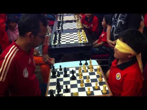 Anak Usia 11 Tahun dari surabaya bermain Catur dengan mata tertutup  menang Lawan Wartawan senior