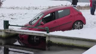 Hollandscheveld  auto de sloot in door gladheid 23-1-2019