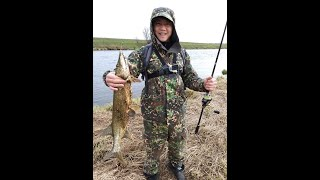 Рыбалка на щуку река Угра Ваня поймал корягу
