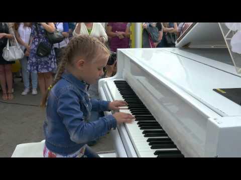 К 'свободному роялю' в Минске выстроилась очередь желающих сыграть любимое произведение