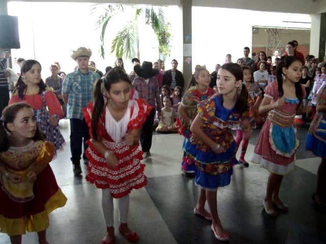 Samba Lele com música dos Barbatuques-4º ano c e D- 2014 - Escola Hilda Anna Krisch